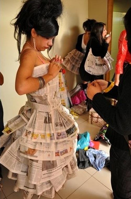 desfile de modas con material reciclado en Machu Picchu con