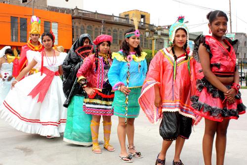 vestidos y artesanías a base de material reciclado | Serperuano.com