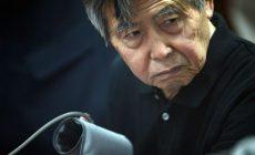 """LIM01. LIMA (PERÚ), 25/10/2013.- El expresidente peruano Alberto Fujimori (1990-2000), sentenciado a 25 años de cárcel por violación de derechos humanos, asiste a una audiencia judicial hoy, viernes 25 de octubre de 2013, en la sala de juicios del cuartel policial de Lima (Perú). El abogado de Fujimori le pidió hoy a un juez de Lima que tenga """"compasión"""" y ordene que cumpla en arresto domiciliario el resto de la condena a 25 años de cárcel que se dictó en su contra en 2009 por delitos de lesa humanidad. EFE/RAUL GARCIA"""