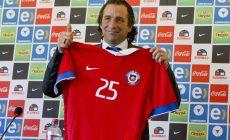 El argentino Juan Antonio Pizzi muestra la camiseta de la selección de Chile tras ser presentado como su nuevo técnico el viernes, 5 de febrero de 2016, en Santiago. (AP Photo/Esteban Felix)